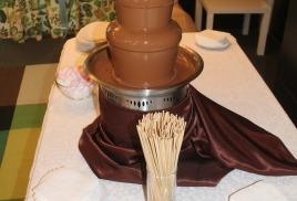 Шоколадный фонтан с молочным шоколадом